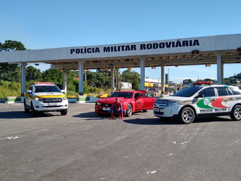 Fantasiado de 'Homem-Aranha', morador de Florianópolis foi em posto da polícia entregar frascos de álcool — Foto: PMRv/Divulgação