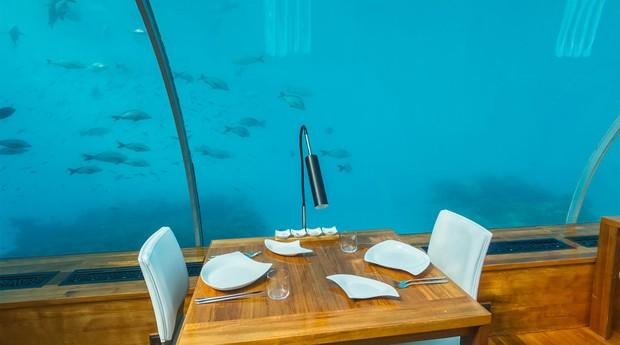 O restaurante tem mesa de dois lugares (Foto: Reprodução/conradmaldives.com)