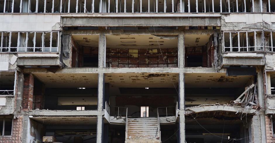 Resultado do bombardeio da OTAN à Iugoslávia. A foto mostra o antigo escritório do Ministério de Defesa da Sérvia, que não foi reformado e nem demolido até hoje (Foto: Flickr/ orientalizing)