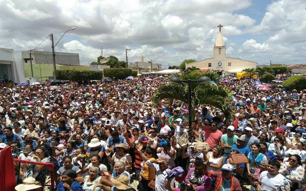 Após 8 km de caminhada, os fiéis se concentram no Centro de Nossa Senhora Aperecida (SE). (Foto: Admarcos Santana)