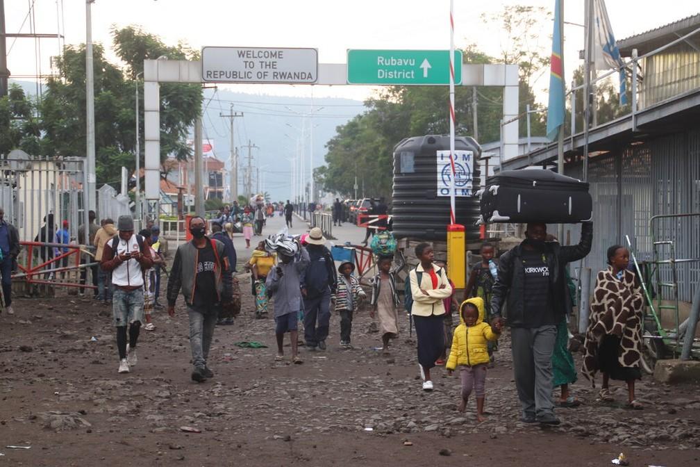 Moradores de Goma retornam à República Democrática do Congo neste domingo (23) após procurarem abrigo em Ruanda para se protegerem da erupção de um vulcão — Foto: Justin Kabumba/AP Photo