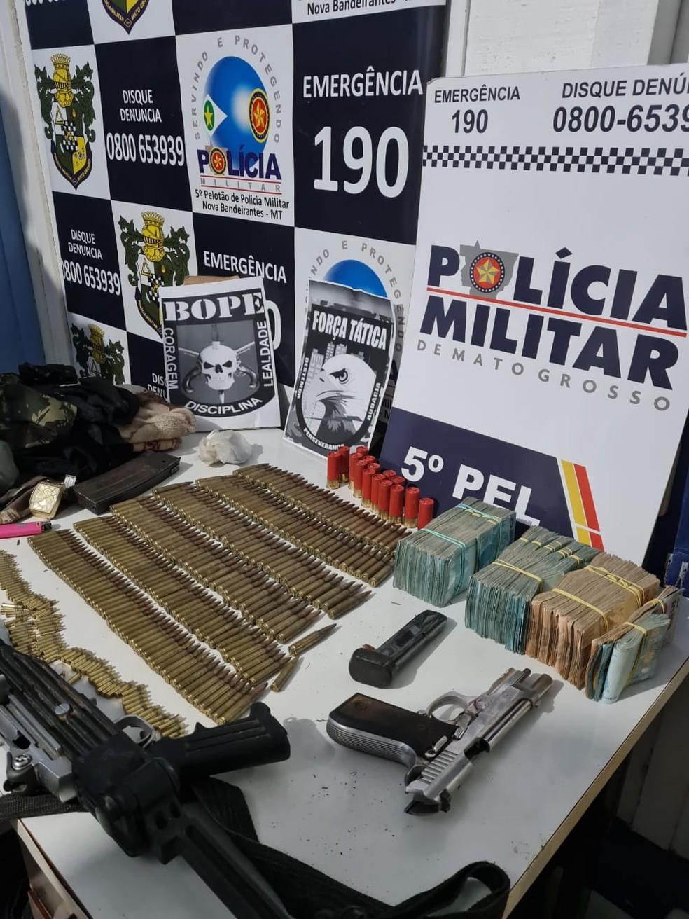 Armas e dinheiro recuperados pela polícia nesse sábado (26) — Foto: Polícia Militar