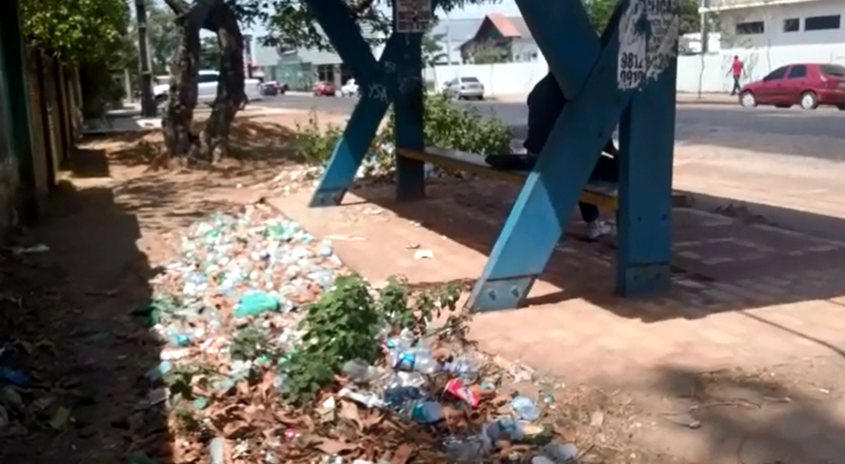 Lixeira viciada se acumula atrás de ponto de ônibus em muro de hospital