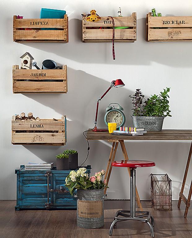 Parafusados na parede, os caixotes organizam os itens da casa por categoria    (Foto:  Carlos Cubi/Editora Globo)