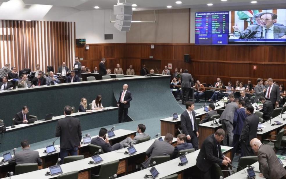 Sessão que derrubou requerimento para acabar com os auxílios-moradia e mudança aconteceu na última quinta-feira (28)  — Foto: Carlos Costa/Alego