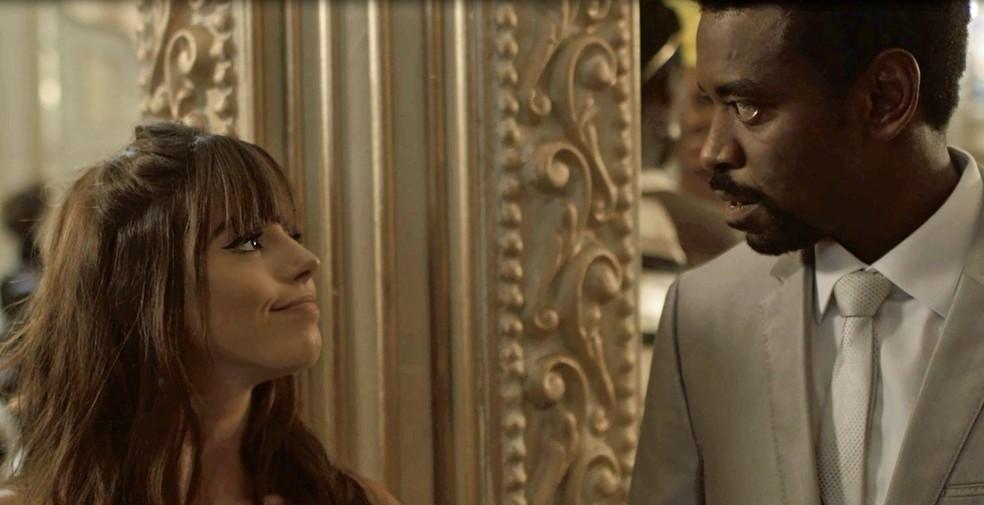 O casório começa a azedar quando Rochelle procura o empresário para uma conversinha (Foto: TV Globo)