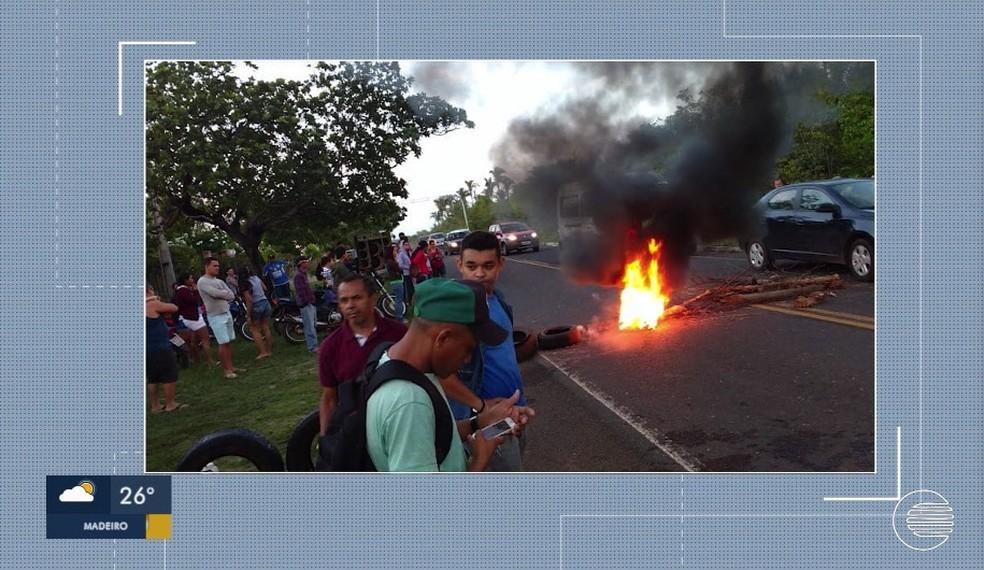 Moradores bloquearam a PI-113 desde o início da manhã de segunda-feira (17) — Foto: Reprodução/TV Clube