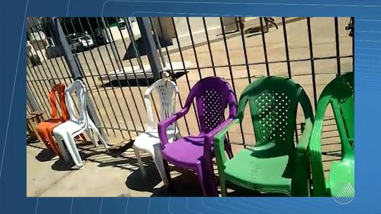 Cadeiras são presas com corrente em fila de recadastramento biométrico na Bahia e eleitores denunciam venda de senhas