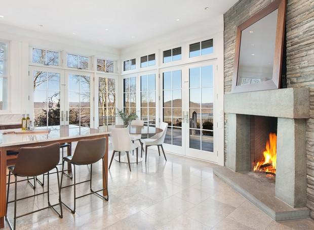 Próximo à cozinha, uma área para refeições é aquecida pela lareira (Foto: The Wall Street Journal/ Reprodução)
