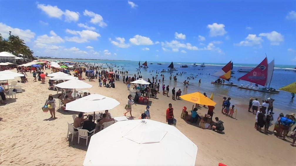 Praia de Porto de Galinhas tem grande movimento de turistas nesta segunda-feira (7), feriado de Dia da Independência — Foto: Ezequiel Quirino/TV Globo