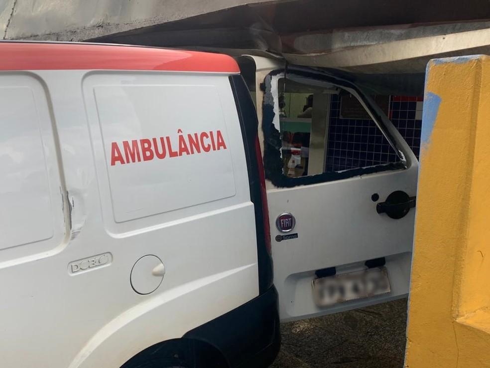 Letreiro de hospital caiu sobre ambulância estacionada no local, em Itapetininga (SP) — Foto: Airton Salles Jr./TV TEM