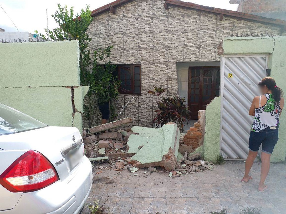 Carro destrói muro de casa após motorista desviar de veículo em Caruaru