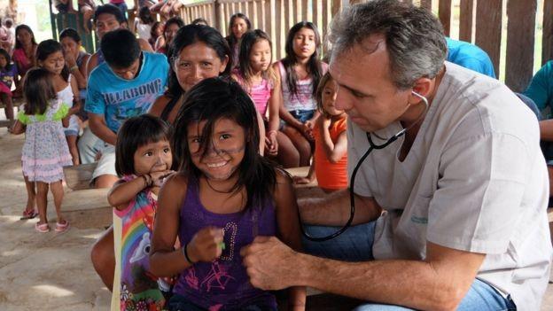 Erik nasceu à beira do rio Tapajós, no Pará, estudou em São Paulo e no exterior, mas voltou para cuidar da saúde dos povos da Amazônia (Foto: via BBC News Brasil)
