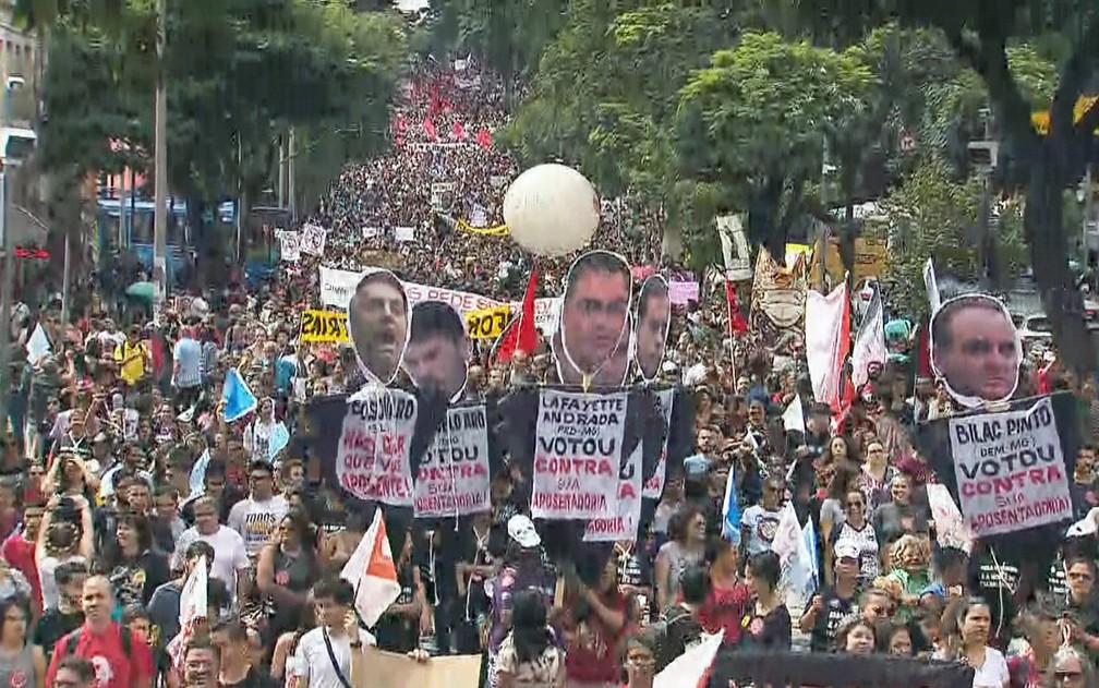 Belo Horizonte - estudantes e professores fazem protesto contra bloqueios na educação — Foto: Reprodução/TV Globo