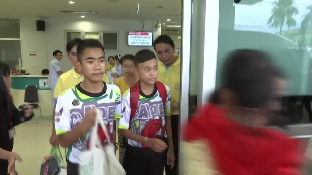 Meninos deixam hospital rumo à entrevista coletiva (Foto: Reprodução)