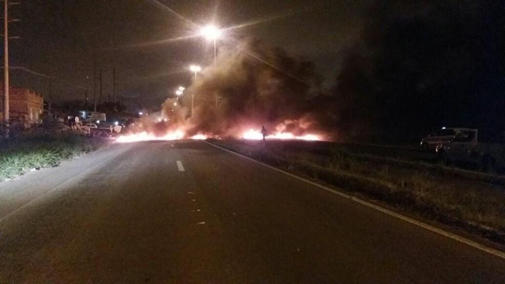 Manifestantes interditaram a BR-235 nos dois sentidos na entrada e saída da capital (Foto: PRF, Divulgação)