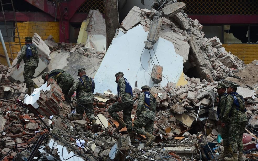 Militares caminham entre escombros do prédio da prefeitura após terremoto em Juchitan de Zaragoza, no estado de Oaxaca, no México, no dia 8 de setembro (Foto: Ronaldo Schemidt/AFP)