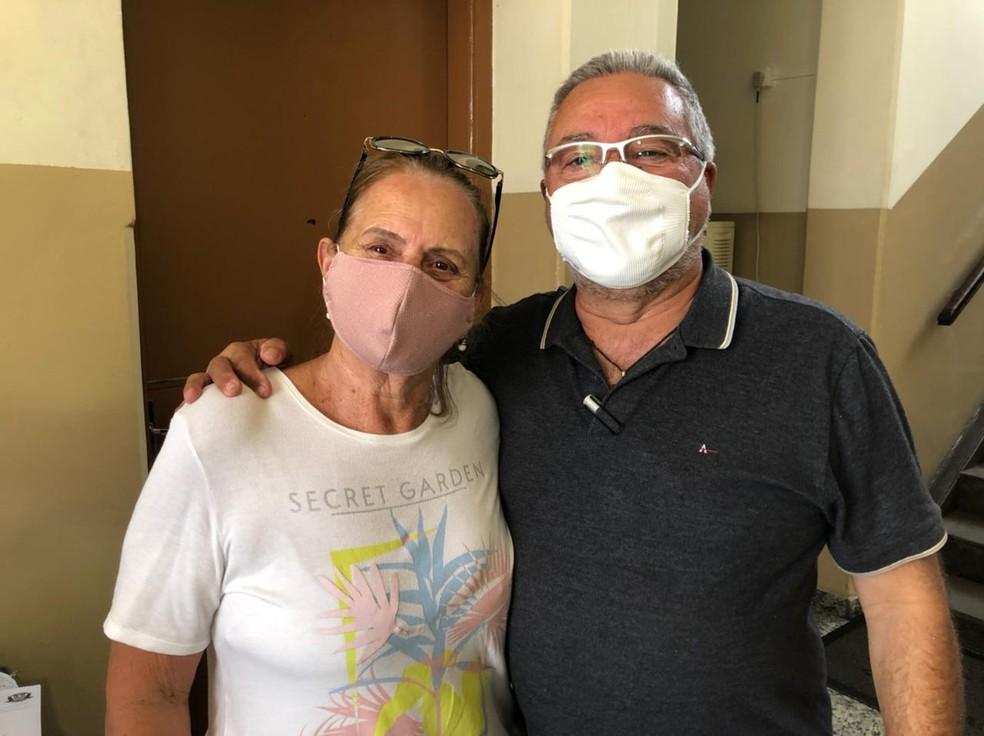 Idosa após receber, de fato, a dose da Coronavac em Jacareí — Foto: Arthur Costa/TV Vanguarda
