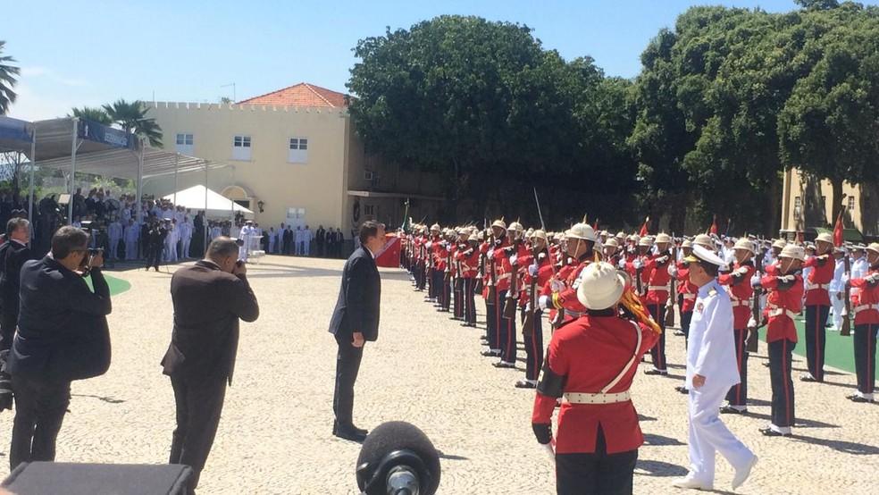Presidente Jair Bolsonaro cumprimenta fuzileiros em evento no Rio de Janeiro — Foto: Fernanda Rouvenat / G1