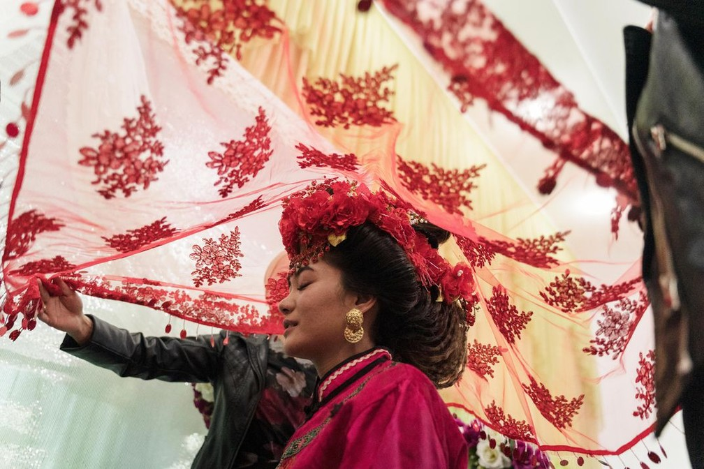 Pessoas: retrato de uma noiva da etnia chinesa muçulmana Dungan durante sua cerimônia de casamento em Milyanfan, no Quirguistão, foi a vencedora — Foto: Yam G-Jun via Smithsonian Mag