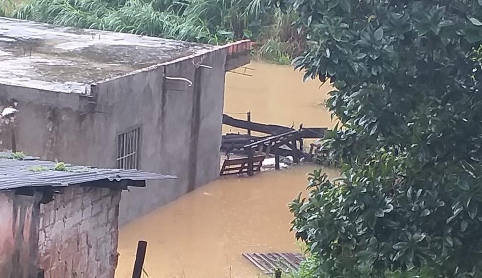 Na Rua Terracom, várias casas foram invadidas pela água.  — Foto: Uelington Miranda / Arquivo Pessoal