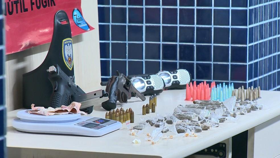 Armas e drogas foram apreendidas em terreno de Vila Velha — Foto: Reprodução/TV Gazeta