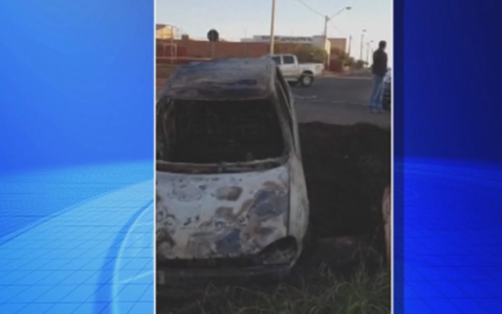 Carro foi encontrado incendiado no bairro São José em Guapiaçu (Foto: Reprodução/TV TEM)