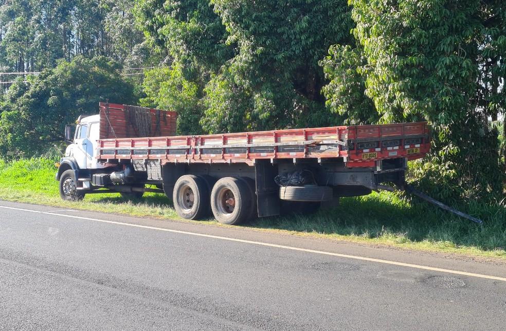 Motorista de caminhão envolvido no acidente em Iacri não ficou ferido — Foto: João Trentini/Divulgação