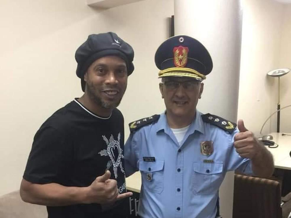 Ronaldinho Gaúcho tira foto com oficial da polícia do Paraguai — Foto: Reprodução Twitter