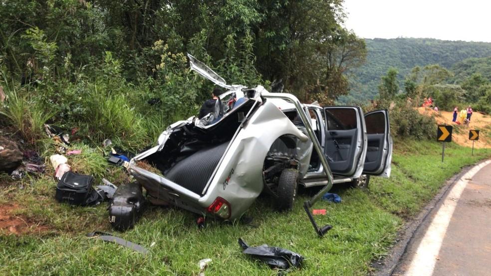 Batida envolveu dois carros e uma carreta no trecho da Serra da Esperança.  — Foto: Camila Simili/Guilherme Geraldis/RPC