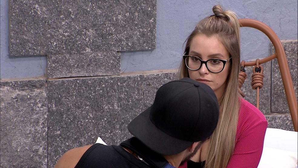 BBB21: Carla Diaz conversa com Arthur  — Foto: Globo
