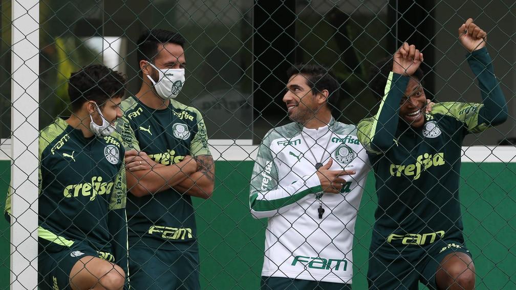 Abel Ferreira com Raphael Veiga, Luan e Luiz Adriano na Academia do Palmeiras — Foto: Cesar Greco / Ag. Palmeiras