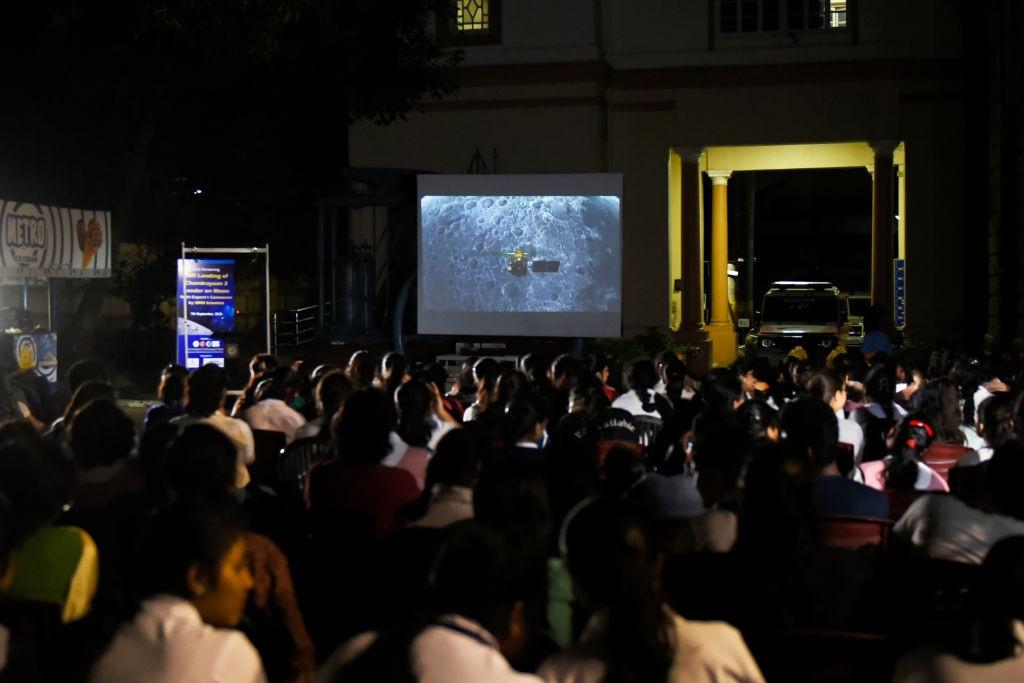 Estudantes assistem à missão indiana à Lua (Foto: Indranil Aditya/NurPhoto via Getty Images)