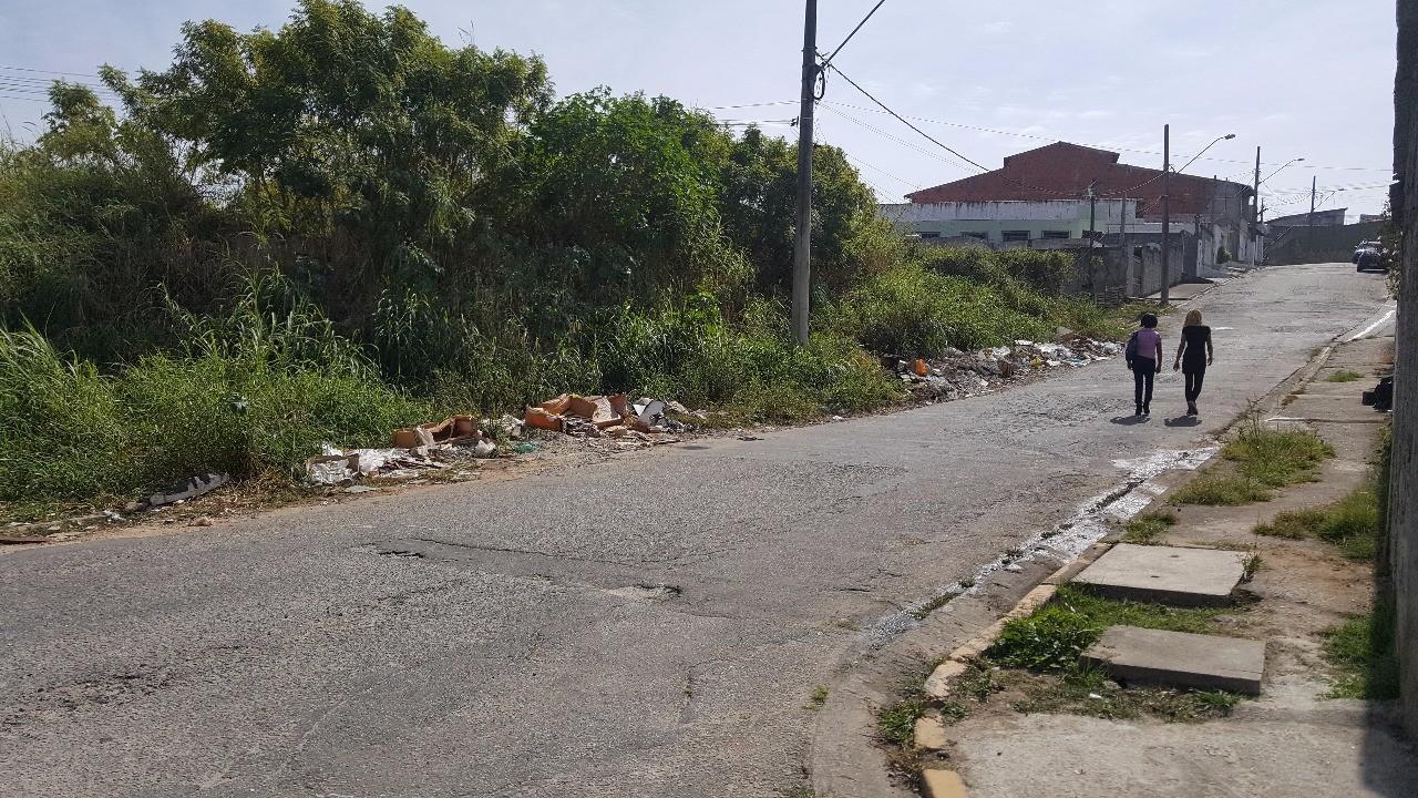 Abandono em terreno preocupa moradores de Mogi há dois anos