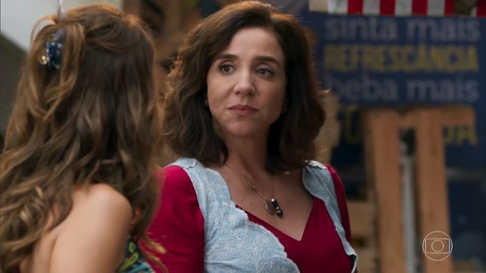 Francesca (Marisa Orth) questiona se Tancinha (Mariana Ximenes) quer mesmo casar com Apolo (Malvino Salvador) - 'Haja Coração' — Foto: Globo