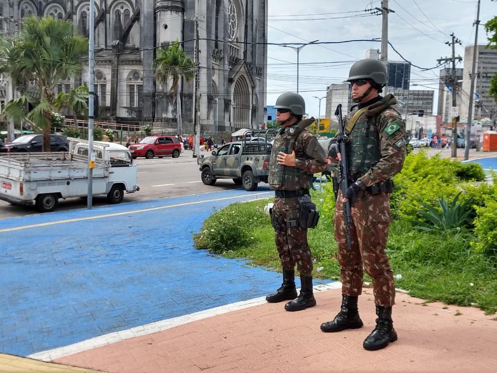 Agentes do Exército realizam a segurança em ruas próximas ao Comando da 10ª Região Militar, no Centro de Fortaleza — Foto: José Leomar/SVM
