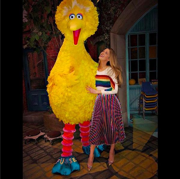 A atriz Blake Lively abraçada com o personagem Garibaldo, com quem ela era comparada durante a infância (Foto: Instagram)