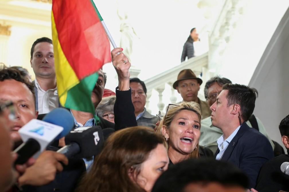Senadora Jeanine Añez segura bandeira boliviana no Congresso da Bolívia em La Paz no dia 11 de novembro de 2019  — Foto: Luisa Gonzalez/Reuters