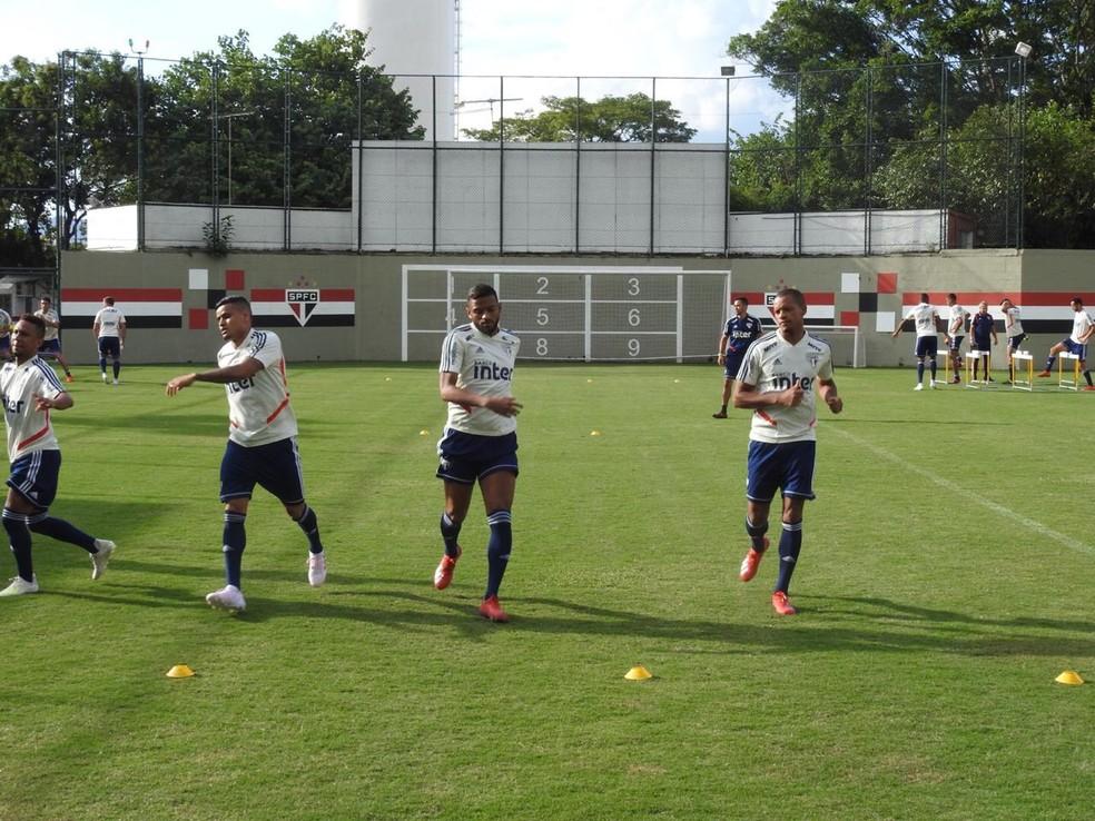 Jogadores do São Paulo fazem aquecimento no CT da Barra Funda — Foto: Marcelo Hazan