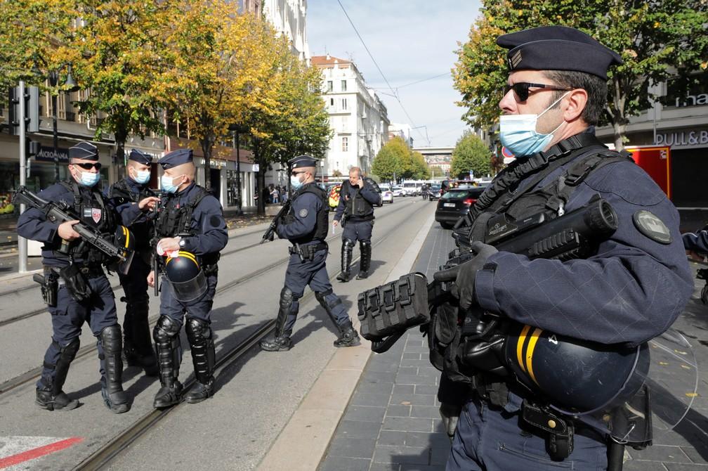 Forças de segurança no local de ataque a faca que deixou mortos e feridos na Basílica de Notre-Dame de Nice, na França — Foto: Eric Gaillard/Reuters