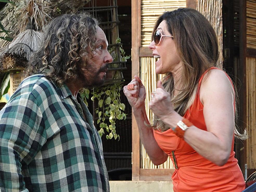 Tereza Cristina atropela Álvaro e paga fortuna a Íris para esconder novo segredo em 'Fina Estampa' — Foto: Globo