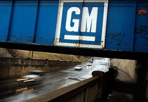 Logotipo da General Motors (GM) é visto em ponte nos EUA (Foto: Chip Somodevilla/Getty Images)