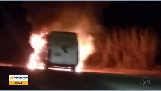 Fogo deixa van destruída em rodovia de Poço Fundo, MG