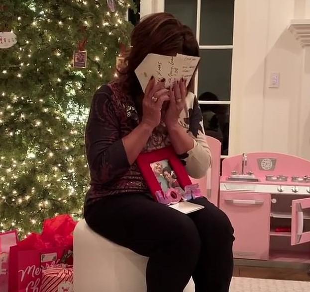 A mãe do ator Dwayne The Rock Johnson emocionada após ela saber do presente dado a ela pelo filho (Foto: Instagram)