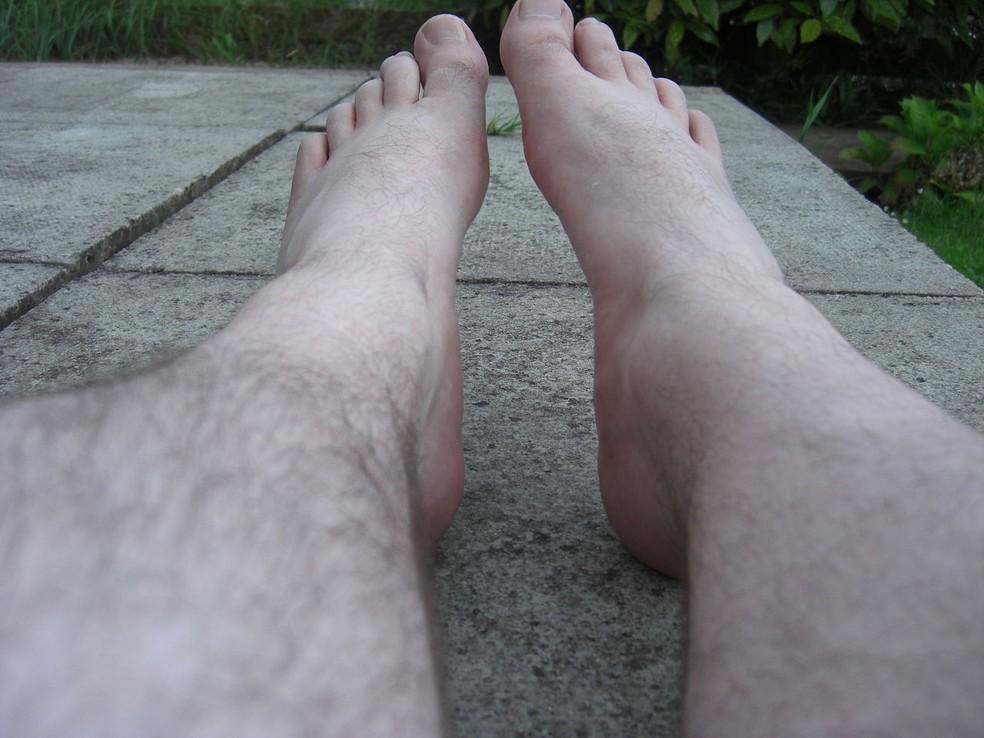 Cuidados com os pés: hidratação, sapatos confortáveis e estáveis, unhas aparadas, descanso e alongamento (Foto: https://commons.wikimedia.org/w/index.php?curid=41358020)
