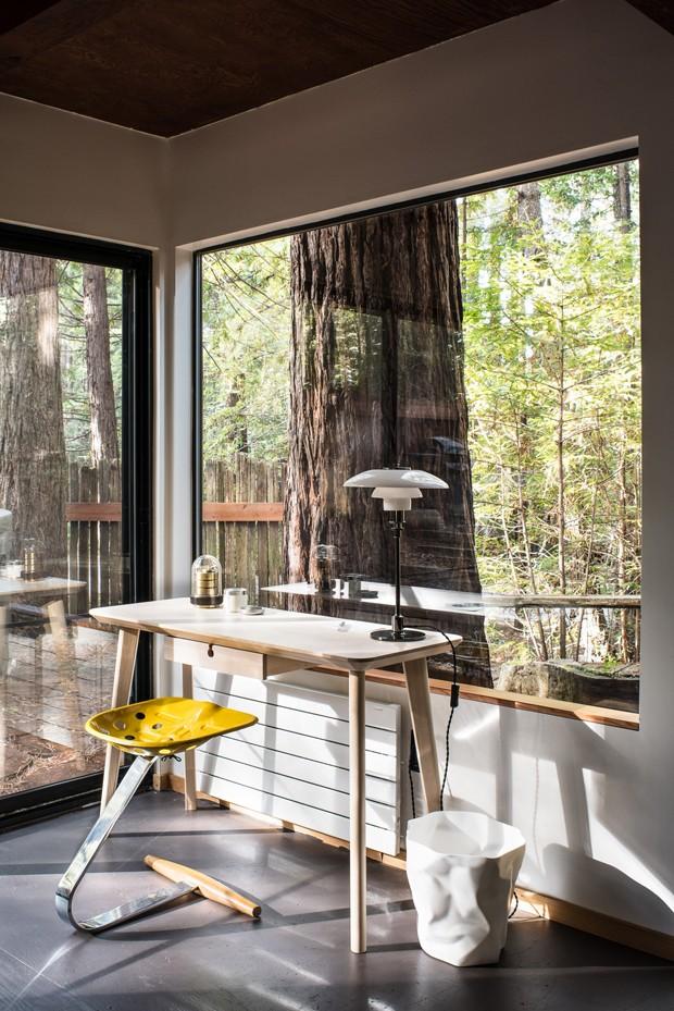 Décor do dia: home office minimalista com vista para a natureza (Foto: Drew Kelly/Divulgação)