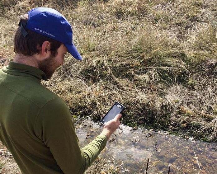 Voluntário insere informações no aplicativo Stream Tracker, no Colorado (EUA) (Foto: Kira Puntenney-Desmond/EFE)