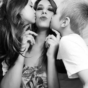 Tati Pilon, com os filhos Fernando, 7, e Carolina, 9 no Natal de 2017 (Foto: Arquivo pessoal)