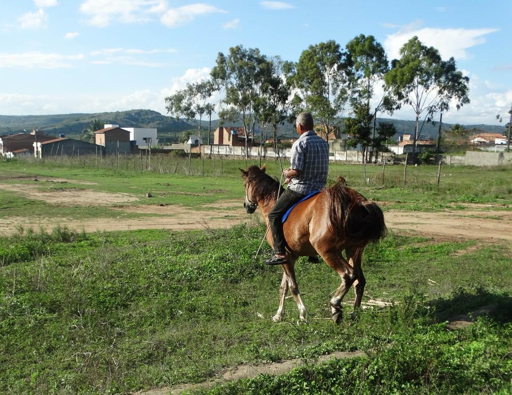 José Alcides junto ao companheiro de mais de 20 anos, Pé de Pano (Foto: Joalline Nascimento/G1)