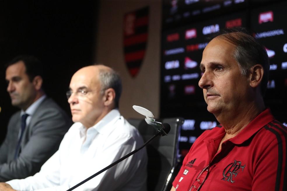 Carlos Noval, em destaque, com Bandeira de Mello e Lomba ao lado, em sua apresentação  (Foto: Gilvan de Souza / Flamengo)